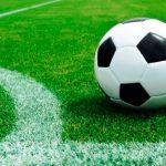 Futbol en cancha de pasto sintético